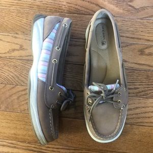 Boat shoes with pink stripes